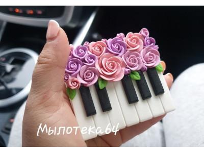 Клавиши фортепиано с розами